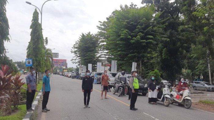 Pengendara di Simpang Empat Jalur Tiga Kabupaten Merangin Disetop Saat Detik-detik Proklamasi
