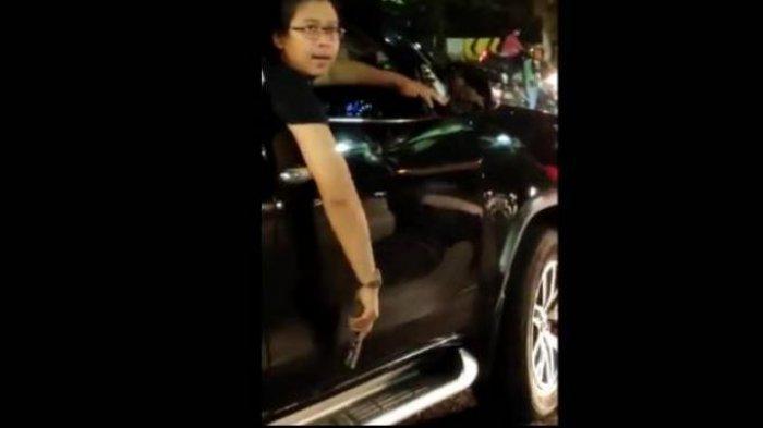 Awalnya Sangar Sok-sokan Todongkan Pistol, Pengemudi Fortuner Langsung Begini Saat Ditangkap Polisi