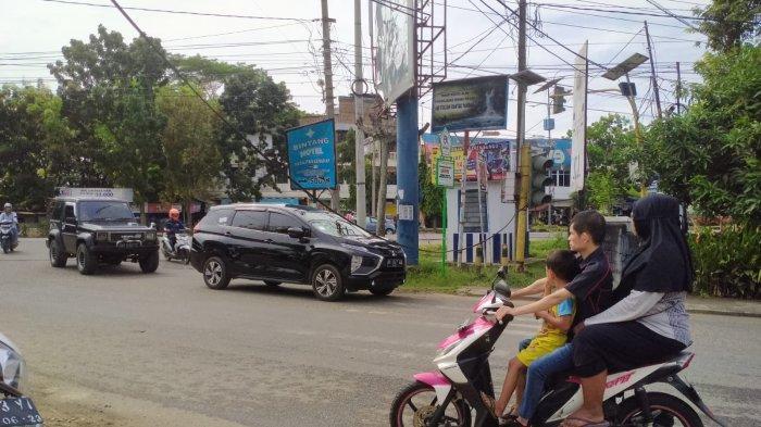 Dua Kabel Telepon di Bungo Menjuntai ke Jalan, Arus Lalu Lintas Menjadi Macet