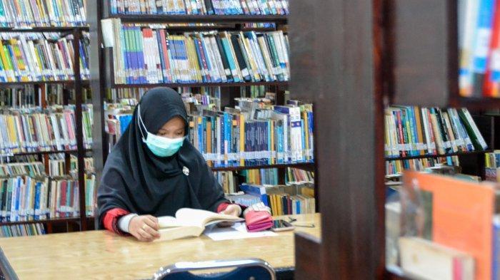 Pengunjung di Perpustakaan Provinsi Jambi.