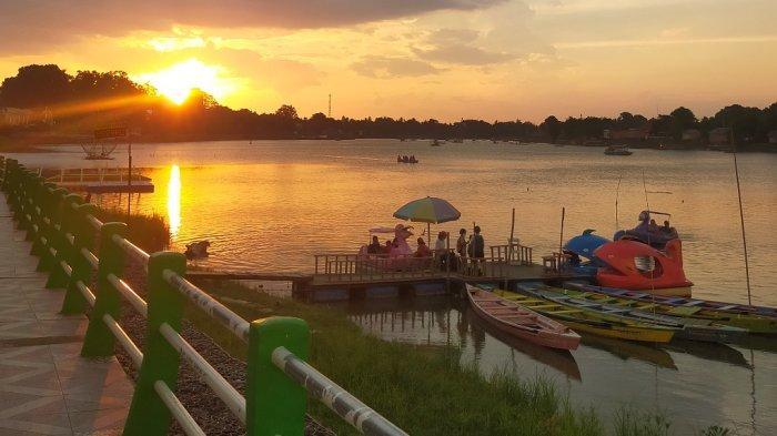 Pengunjung wilata Danau Sipin Kota Jambi sepi selama penyekatan PPKM Kota Jambi, Minggu (29/8/2021).