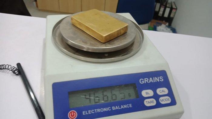 Pegadaian Uji Kandungan 'Emas Batangan' Gambar Soekarno Temuan Erwin, Berat 466,70 Gram