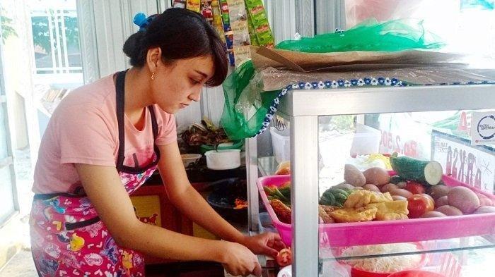 Viral Gadis Cantik Penjual Ayam Geprek di Solo, Pembeli Tempuh Ratusan Km untuk Lihat Wajahnya