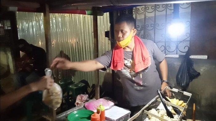 Anta Badrun pemilik, penjual gorengan di Jalan Di Panjaitan tepat di depan Bank BCA Jelutung, Kota Jambi,