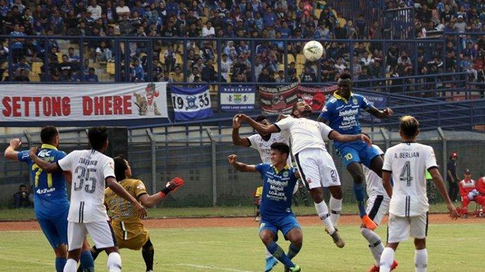 Penyerang Persib Bandung, Ezechiel NDouassel, menyambut bola hasil umpan silang rekannya saat Persib berhadapan dengan Madura United, beberapa waktu lalu.