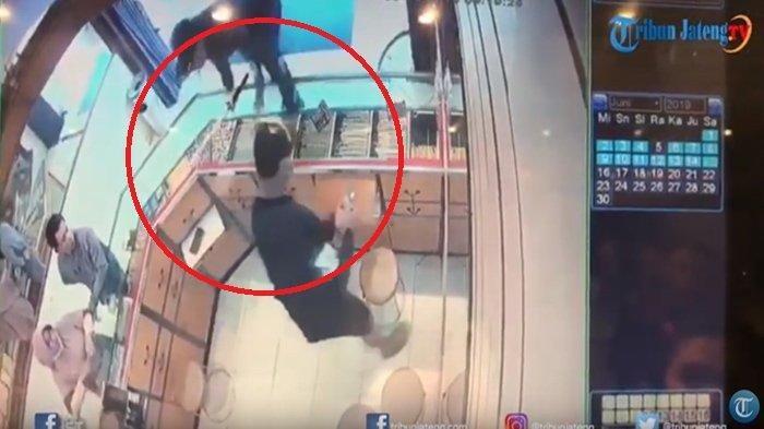 PERAMPOKAN Pakai Senjata Api Beraksi di Warung, Dua Orang Security Tertembak