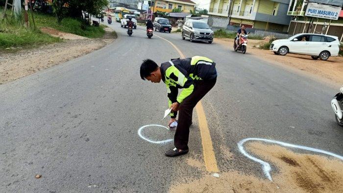 ilustrasi anggota polisi olah TKP usai kecelakaan maut.