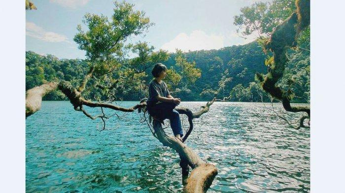 Seorang perempuan sedang berada di Danau Kumbang, Gunung Masurai, Kabupaten Merangin, Jambi.