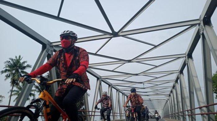 Peringati Hari Batik Nasional, Wali Kota Jambi dan Wakilnya Gowes Berbalut Kostum Batik