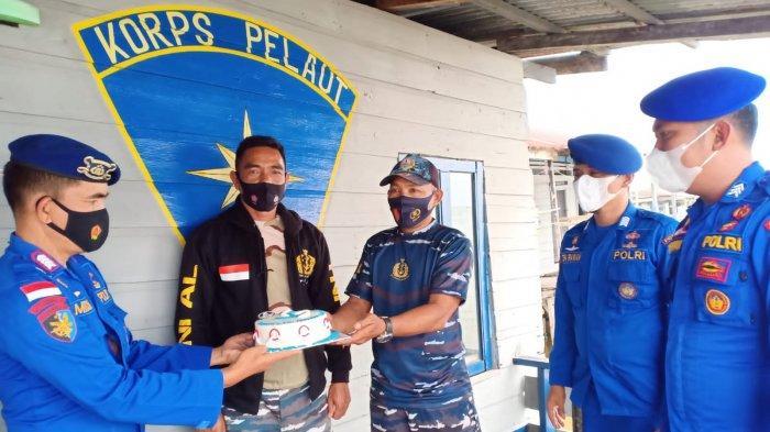 HUT TNI AL ke-76, Personel Marnit Ditpolairud Polda Jambi Beri Kue ke Prajurit Nipah Panjang