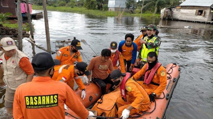 Personil Basarnas Jambi saat mengevakuasi jenazah warga Mendahara Ulu yang tenggelam saat memancing.