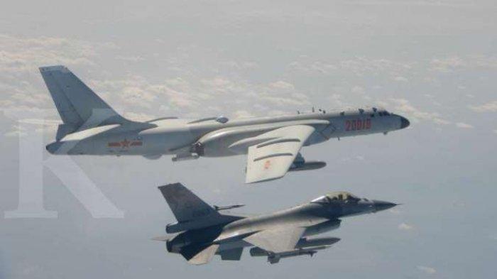 Ilustrasi pesawat pembom H-6 Angkatan Udara China PLA terbang dekat Pesawat Tempur F-16 Taiwan pada foto selebaran 10 Februari 2020.