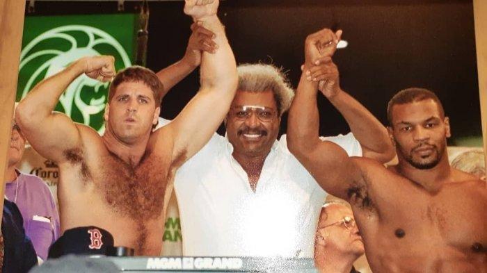Peter McNeeley dan Mike Tyson menjelang pertarungan mereka pada tahun 1995 lalu