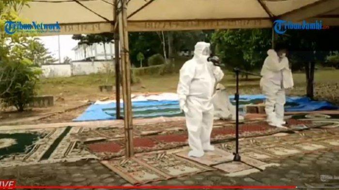 Petugas memakai baju hazard saat pemakaman Muhammad Fabiansyah Putra, putra Wali Kota Jambi, Syarif Fasha,