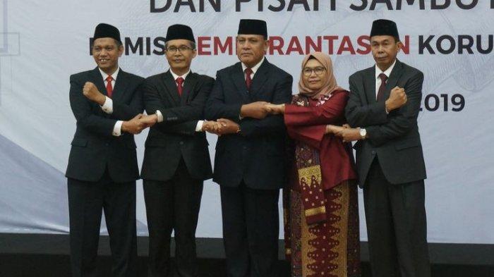 Lima pimpinam KPK periode 2019-2023 berfoto bersama dalam acara sertijab pimpinan KPK, Jumat (20/12/2019).