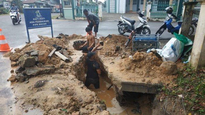 Pipa Air Perumdam Tirta Mayang di Kawasan Kota Baru Pecah, Ini Penyebabnya