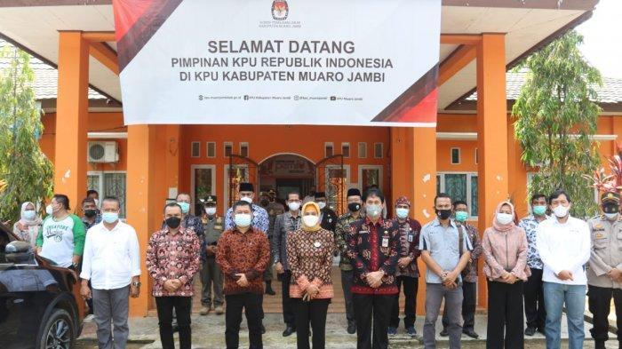 Penjabat (Pj) Gubernur Jambi Dr Hari Nur Cahya Murni, M.Si foto bersama disela kunjungan mengecek logisti KPU untuk PSU.