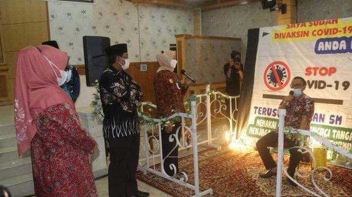 Pj Gubernur Jambi Dr. Hari Nur Cahaya Murni, M.Si melaksanakan kunjungan kerja meninjau pelaksanaan vaksinasi serentak secara masal di Kantor Bupati Tanjung Jabung Barat, Sabtu (26/6/2021).