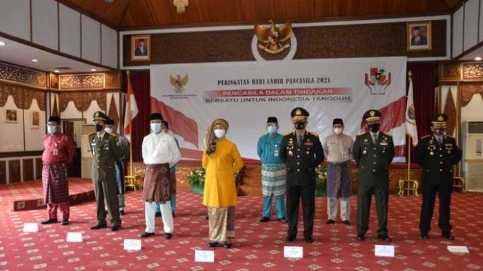 Pj. Gubernur Jambi Dr. Hari Nur Cahya Murni, M.Si mengikuti secara virtual upacara peringatan Hari Lahir Pancasila.