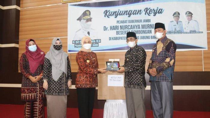 Pj. Gubernur Jambi, Hari Nur Cahya Murni melakukan kunjungan kerja di 2 Kabupaten pada Minggu (7/3) yaitu Kabupaten Tanjab Barat dan kabupaten Tanjab Timur.