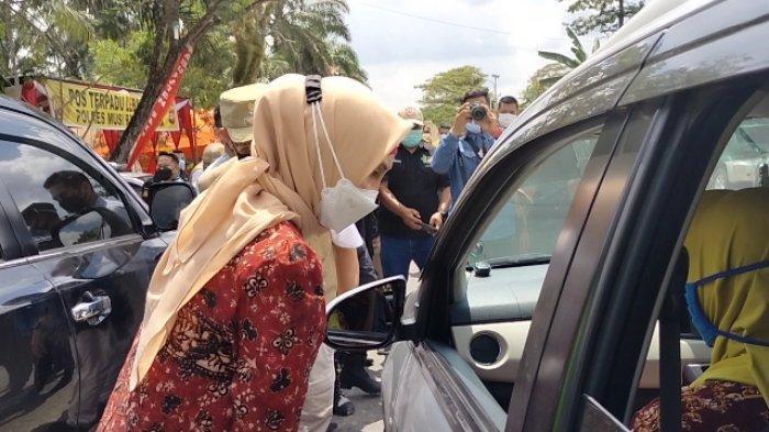 Pj Gubernur Jambi Cek Pos Penyekatan di Sarolangun, Cek Sendiri Minibus yang Melintas
