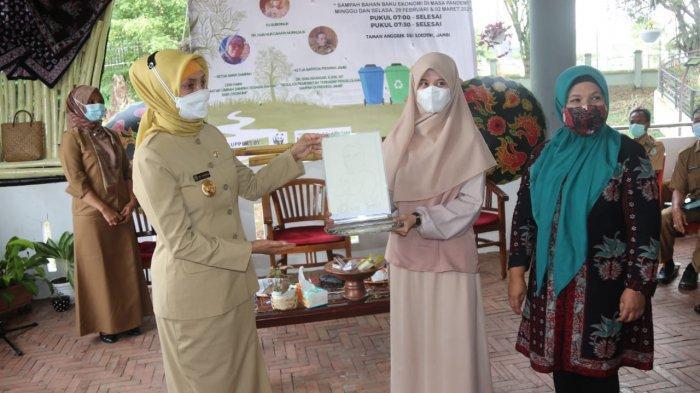 Pj Gubernur Jambi Dr Hari Nur Cahya Murni membuka talk show yang bertajuk sampah bahan baku ekonomi di masa pandemi