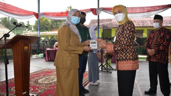 """Pj.Gubernur Jambi Dr.Hari Nur Cahya Murni, M.Si meluncurkan program entrepreneur muda """"Revitalisasi SMAN 5 Provinsi Jambi Menuju Generasi yang Kreatif dan Berdaya Saing Tinggi""""."""