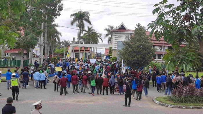 Mahasiswa dan mahasiswa yang tergabung di PMII Cabang Bungo unjuk rasa ke  DPRD Bungo, Jumat (9/10/2020) siang.