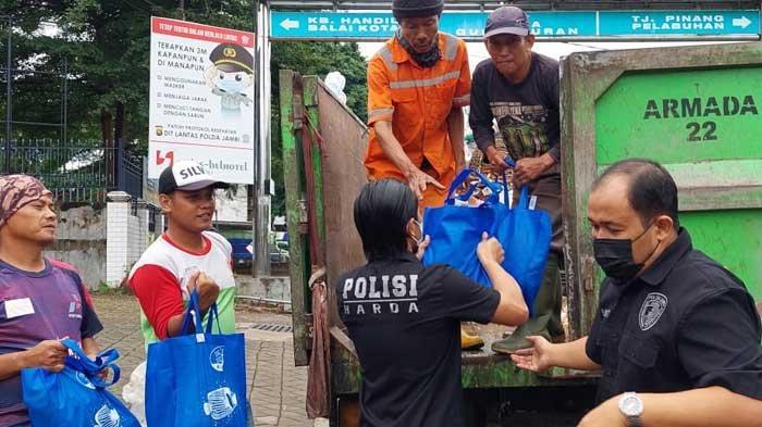 Ditlantas Polda Jambi Bagikan Ribuan Sembako Bantu Warga Terdampak Pandemi
