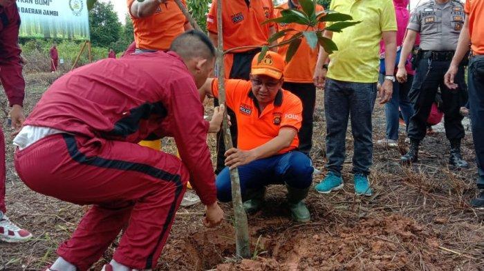 Polda Jambi dan Jajaran Tanam Pohon di 125 Titik di Jambi, Irjen Pol Muchlis Tanam 600 Pohon di SPN