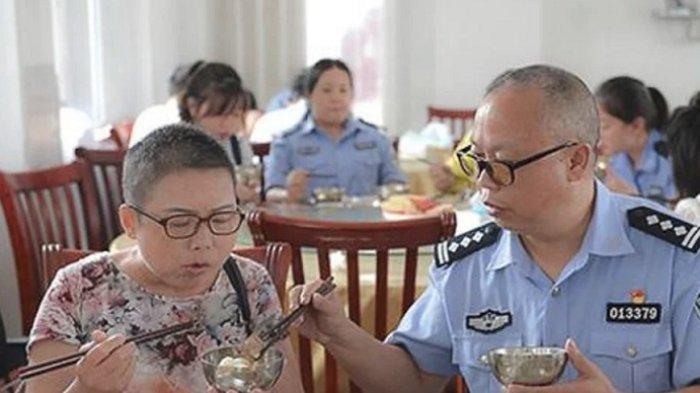 Polisi Cina Ini Kerap Bawa Istrinya yang Sakit Ngantor, Tanggapan Bos dan Warga Bikin Terharu