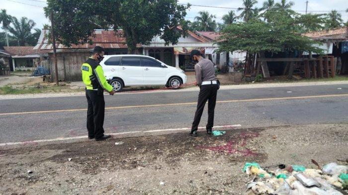 Polisi saat di TKP kecelakaan maut di Muara Bulian.