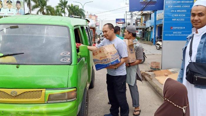 ZLS/STS Jambi Bagikan Ratusan Takjil Gratis Kepada Masyarakat Jambi, Indahnya Berbagi Dengan Sesama