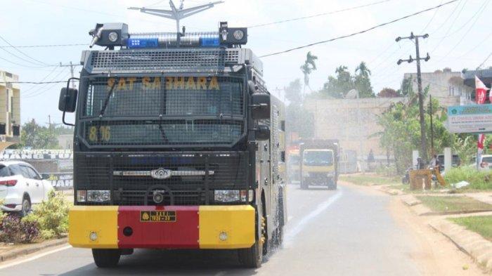 Polres Tanjab Timur Kembali Melakukan Penyemprotan Disinfektan dengan Mobil Rantis Water Canon