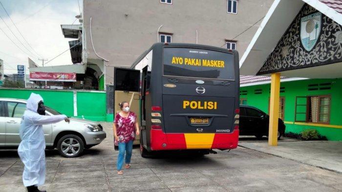 Polresta Jambi Jemput 43 Pasien Yang Isolasi Mandiri Untuk Dirawat di Graha Lansia dan BPSDM Jambi