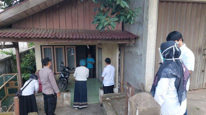Pihak Polresta Jambi saat melakukan penjemputan terhadap 43 pasien isolasi mandiri.
