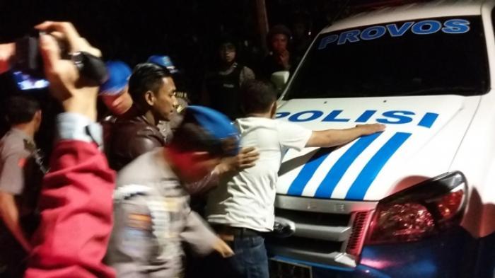 Siapa Pria yang Ditangkap Polisi Bawa Senjata Tajam Saat Sidang Rizieq Shihab?