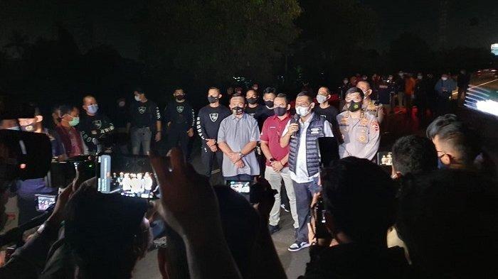 Kadiv Humas Mabes Polri Argo Yuwono (memegang microphone): Polri menggelar 58 adegan di empat TKP rekonstruksi penembakan enam laskar FPI pengikut Rizieq Shihab di sejumlah lokasi, Senin (14/12/2020) dini hari.