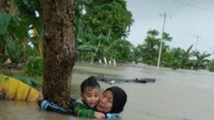 Sempat Viral Foto Nenek Nurjanna yang Gendong Cucu di Tengah Terjangan Banjir, Ini Kabarnya Kini