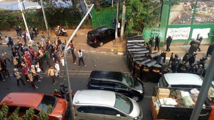 Berseragam Pramuka, Aksi Pelajar STM Viral, Bakar Motor, Polisi: Tolong Adik-adik Jangan Serang Kami