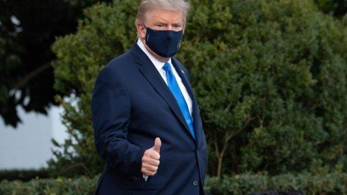 Presiden Amerika Serikat Donald Trump mengacungkan jempol ketika berjalan menuju ke Marine One untuk berangkat ke Rumah Sakit Militer Walter Reed setelah mengumumkan dia positif Covid-19 pada 2 Oktober 2020. Trump menyatakan dia akan menghabiskan beberapa hari ke depan untuk menjalani perawatan sembari tetap bekerja.