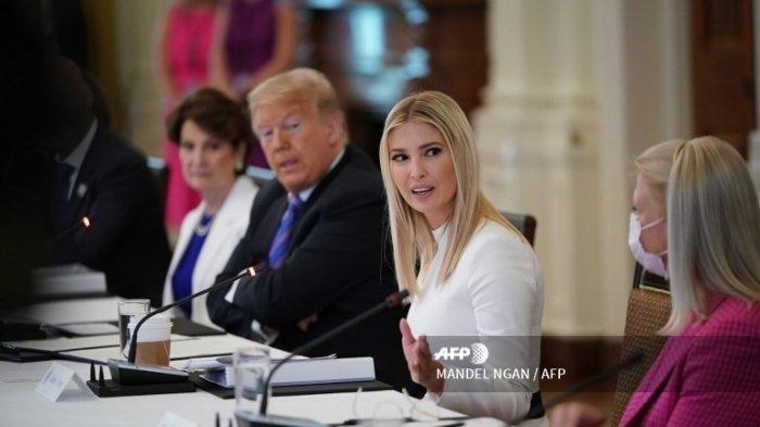 Presiden AS Donald Trump dan putri serta penasihatnya Ivanka Trump (tengah) menghadiri Rapat Dewan Penasihat Kebijakan Tenaga Kerja Amerika di Ruang Timur Gedung Putih di Washington, DC pada 26 Juni 2020.