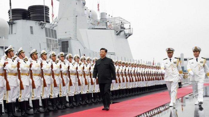 Presiden China Xi Jinping saat melakukan inspeksi pasukan sebelum digelarnya parade perayaan 70 tahun Angkatan Laut Tentara Pembebasan Rakyat, di Qingdao, Provinsi Shandong, Selasa (23/4/2019).