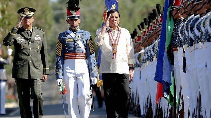Filipina Siap Tempur Lawan China, Amerika Datang Beri Bantuan Militer. Presiden Filipina Rodrigo Duterte periksa Pasukan