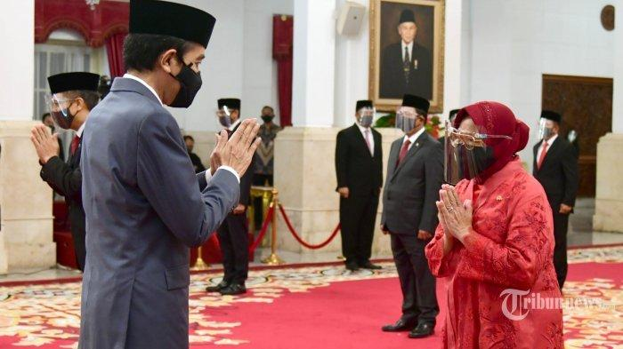 Presiden Joko Widodo memberikan ucapan selamat kepada Menteri Sosial baru Tri Rismaharini (kanan), saat pelantikan menteri Kabinet Indonesia Maju di Istana Negara, Jakarta, Rabu (23/12/2020).