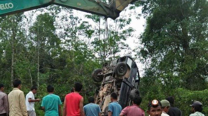 Kelebihan Beban, Pik up Masuk Jurang di Batang Asai. Berikut Foto-foto Evakuasi Mobil oleh Warga
