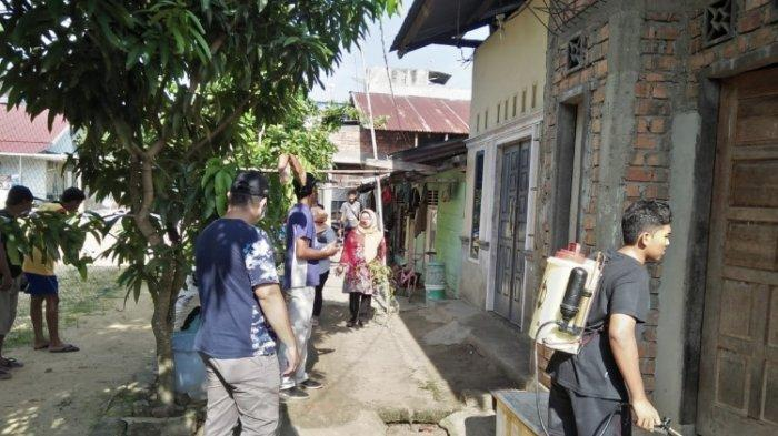 Lurah Lebak Bandung Semprot Disinfektan ke Tiga RT di Kawasannya