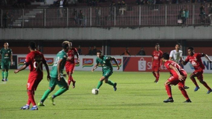 Aksi gelandang PSS Sleman, Brian Ferreira pada laga lawan Semen Padang di Stadion Maguwoharjo, Sleman, Sabtu (25/5/2019) silam.