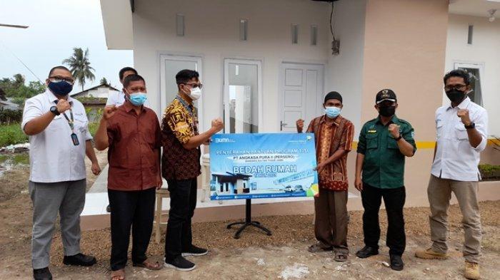PT Angkasa Pura II Menyerahkan Rumah yang Telah Dibedah Dekat Bandara Sultan Thaha