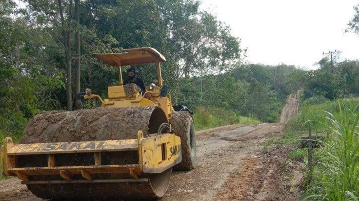 Wujud Nyata Kontribusi Lingkungan Perusahaan, PT SMS di Tebo Kembali Perbaiki Jalan di Dua Desa